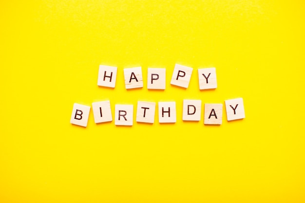 De inscriptie gelukkige verjaardag gemaakt van houten blokken