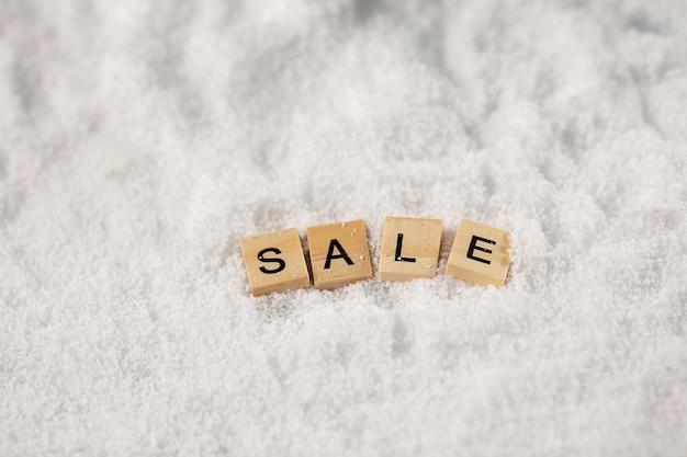 De inscriptie in het engels verkoop op sneeuw
