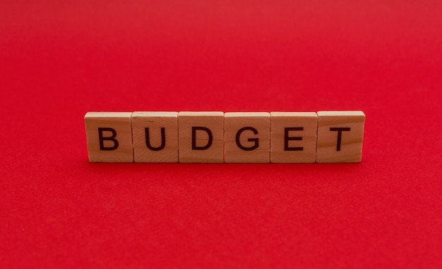 De inscriptie in houten letters het woord budget
