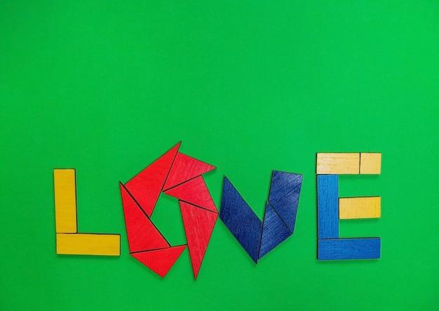 De inscriptie liefde op een groene achtergrond. creativiteit en verbeelding. het concept van valentijnsdag en bruiloft.