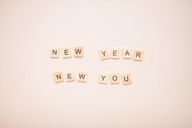 De inscriptie nieuwjaar nieuwe jij van houten blokken
