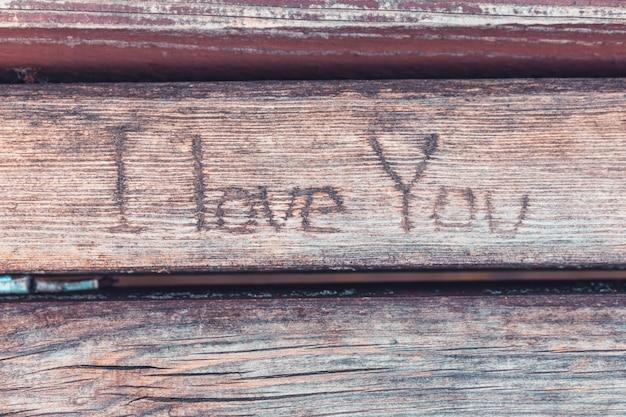 De inscriptie op de bank ik hou van je