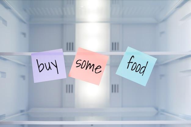 De inscriptie op de stickers in de lege koelkast: