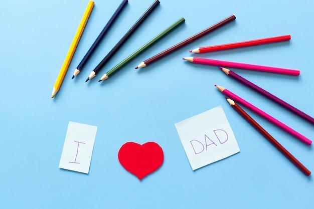 De inscriptie op de tafel ik hou van mijn vader uit letters en harten