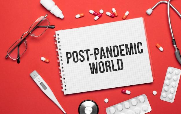 De inscriptie post-pandemische wereld op een notitieboekje over een medisch thema