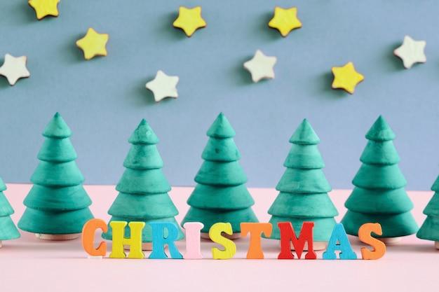 De inscriptie van kerstmis is gemaakt in veelkleurige letters.
