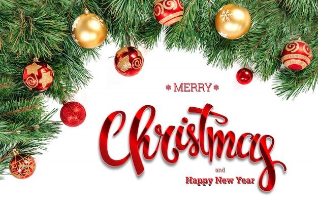 De inscriptie van merry christmas, groene spar en speelgoed op een witte. kerstkaart, feestelijke achtergrond. gemengde media.