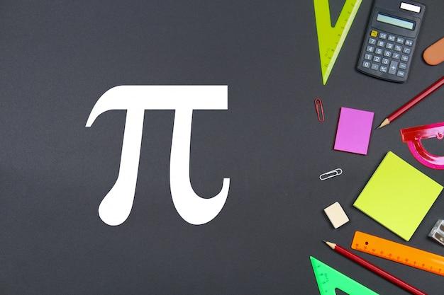 De inscriptie van pi dag en krijt op een schoolbord.