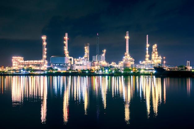 De installatie van de olieraffinaderij met schemeringhemel