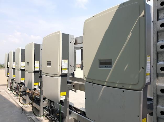 De installatie van een omvormer voor zonne-energie op het dak is een elektronisch apparaat met vermogen