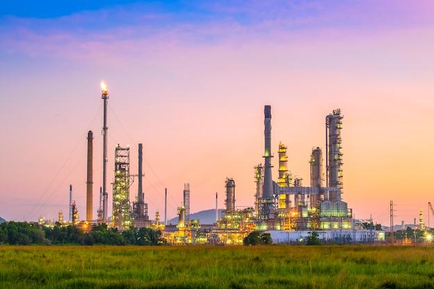De installatiegebied van de olieraffinaderij bij schemering