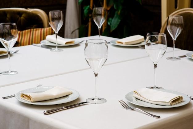 De instelling van de tabel met een leeg glas voor wijn.
