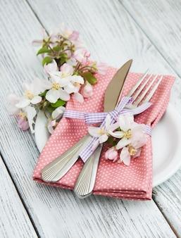 De instelling van de tabel met lente bloesem
