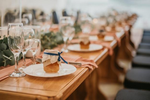 De instelling van de tabel van het huwelijk in een restaurant versierd met bloemen en kaarsen