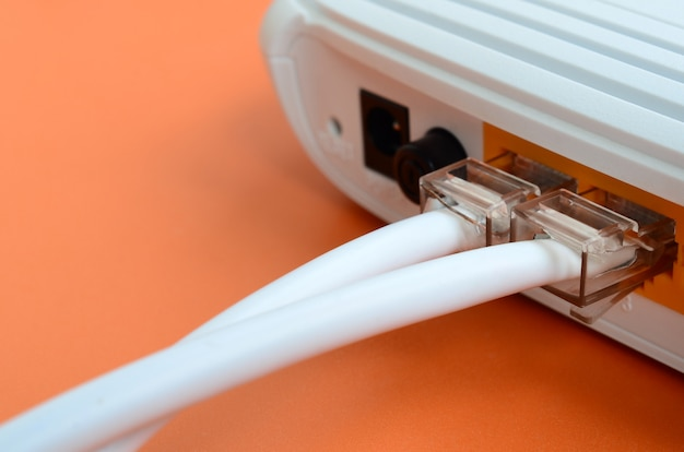 De internetkabelstekkers zijn verbonden met de internetrouter. item vereist voor internetverbinding