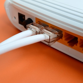De internetkabelstekkers zijn verbonden met de internetrouter