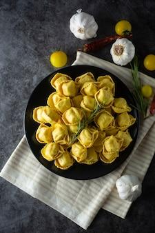 De italiaanse traditionele deegwaren van tortellonideegwaren met vlees of groenten