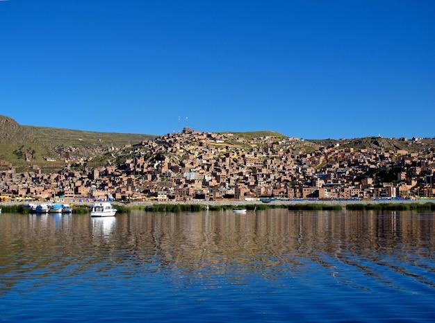 De jachthaven in puno aan het titicacameer in de andes, peru