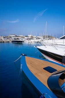De jachthavenhaven van ibiza santa eulalia in de balearen