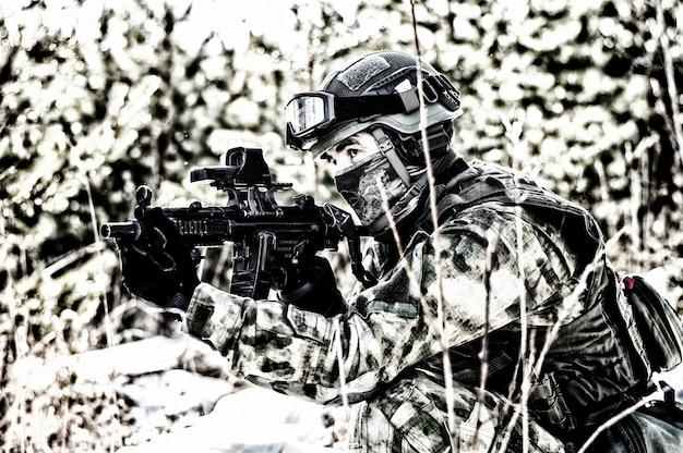 De jager van een speciale eenheid voert een gevaarlijke missie uit. gemengde media