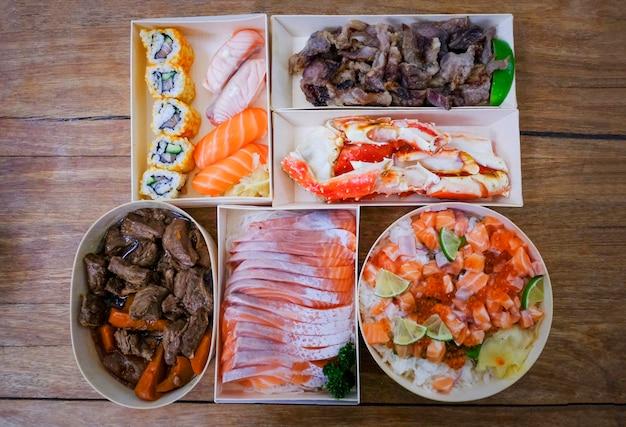 De japanse voedselsushi rollen rijst met benen van de de rundvleeskrab van de saladezalm sashimi de gesmoorde in de het menureeks van restaurantsushi