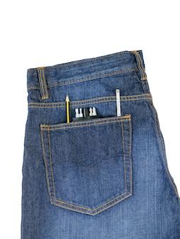De jeans van mensen met hulpmiddelen die uit zak plakken die op witte achtergrond wordt geïsoleerd