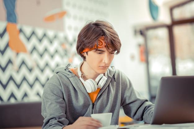 De jeugd in it. de geïnteresseerde jonge it-specialist die zijn nieuwe software maakt