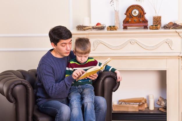 De jong geitjejongen en zijn vader lazen thuis een boek