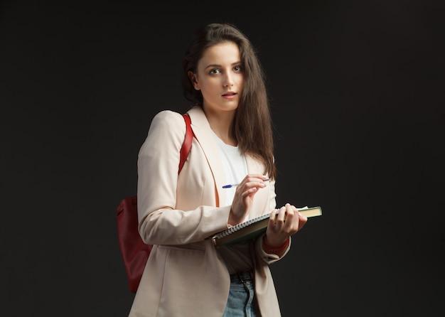 De jonge aantrekkelijke vrouwelijke journalist maakt geïsoleerd verslag