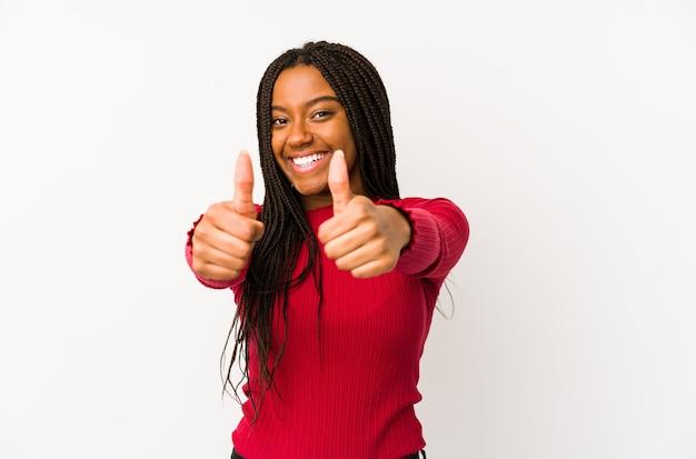 De jonge afrikaanse amerikaanse die vrouw met duimen ups wordt geïsoleerd, juicht over iets toe, steunt en respecteert concept.