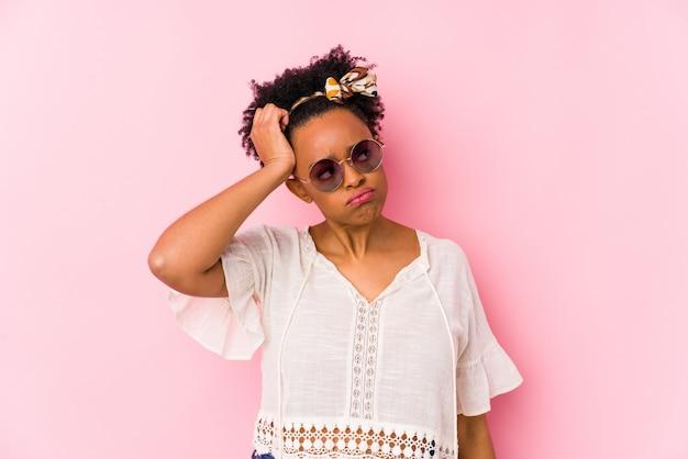 De jonge afrikaanse amerikaanse hipstervrouw isoleerde geschokt, heeft zij belangrijke vergadering herinnerd.