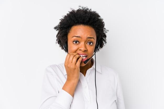 De jonge afrikaanse amerikaanse telemarketervrouw isoleerde bijtende vingernagels, zenuwachtig en zeer bezorgd.