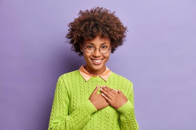 De jonge afro-amerikaanse vrouw toont haar hartelijke dankbaarheid door dankbaar te zijn en waardeert uw hulp