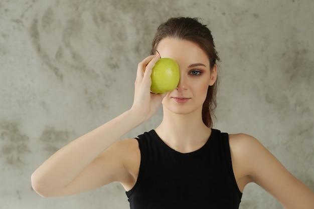 De jonge appel van de vrouwenholding