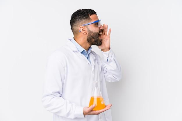 De jonge arabische chemische mens isoleerde het schreeuwen en het houden van palm dichtbij geopende mond.