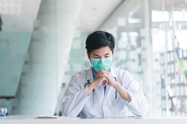 De jonge arts die stethoscoop dragen beklemtoonde met besluitvorming en geneeskundeconcept.