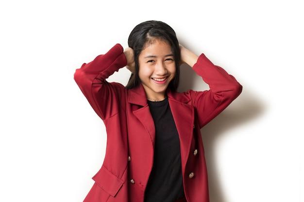 De jonge aziatische bedrijfsvrouw behandelt haar oren