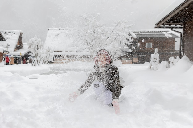 De jonge aziatische speelsneeuw in shirakawa gaat dorp osaka japan