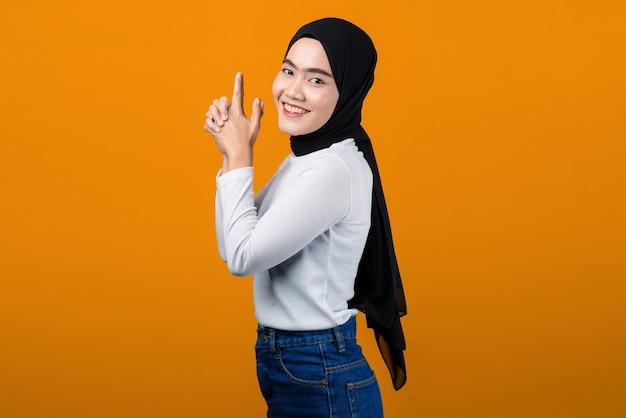 De jonge aziatische vrolijke vrouw en kijkt gelukkig