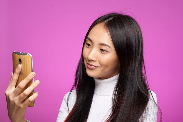De jonge aziatische vrouw op het blauwe muur stellen, verschillende emoties, bespot omhoog