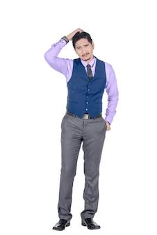 De jonge aziatische zakenman die zijn hoofd krabt en kijkt verward