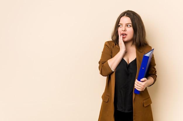 De jonge bedrijfsvrouwenbedrijfsdossiers zeggen een geheim heet remmend nieuws en kijken opzij