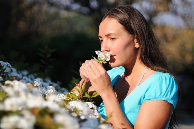 De jonge bloem van de meisjesholding dichtbij haar gezicht