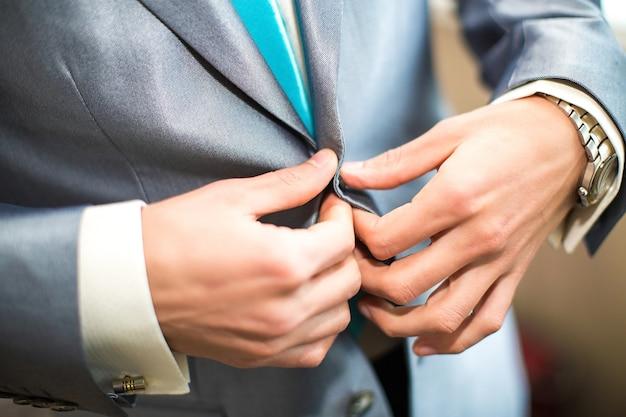 De jonge bruidegom op de huwelijksdag