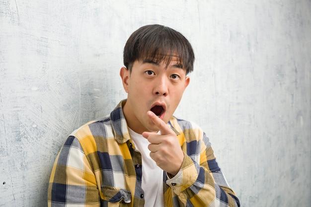 De jonge chinese close-up die van het mensengezicht aan de kant richten