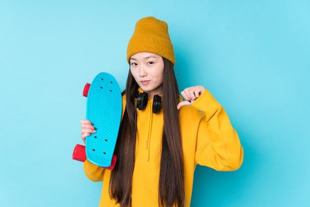 De jonge chinese geïsoleerde schaatservrouw voelt trots en zelfverzekerd, te volgen voorbeeld.