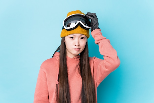 De jonge chinese vrouw die skikleren draagt isoleerde geschokt, heeft zij belangrijke vergadering herinnerd.