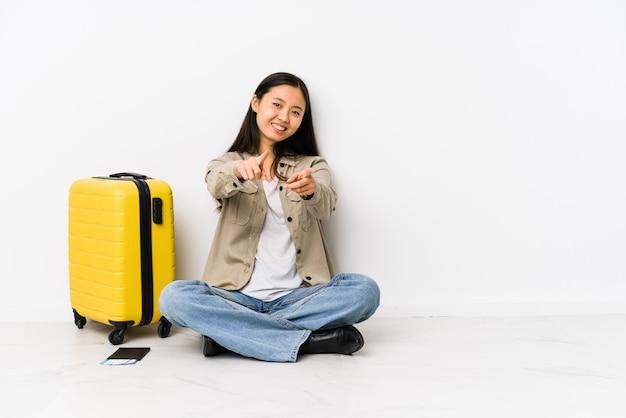 De jonge chinese zitting die van de reizigersvrouw een instapkaarten vrolijke glimlachen houden die aan voorzijde richten.