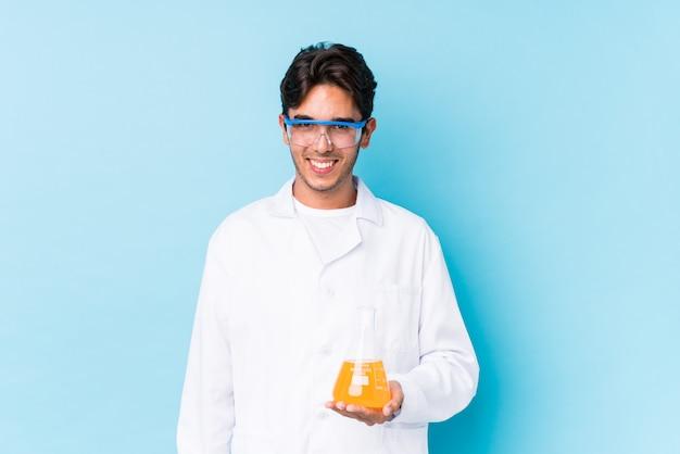 De jonge cientific kaukasische mens isoleerde gelukkig, glimlachend en vrolijk.
