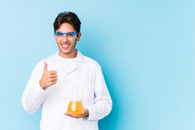 De jonge cientific kaukasische mens isoleerde omhoog het glimlachen en het opheffen van duim